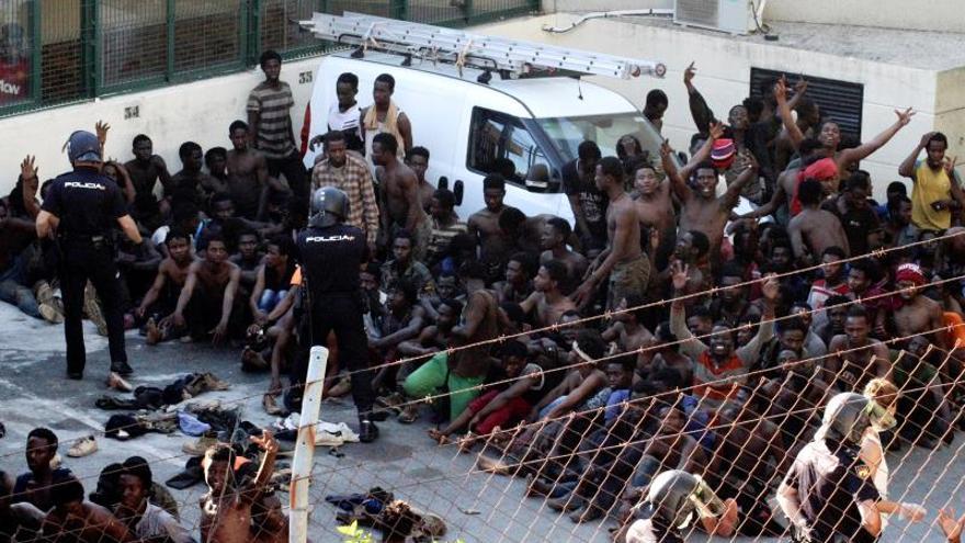 22 agentes heridos, algunos por cal viva, en el asalto a la valla de Ceuta