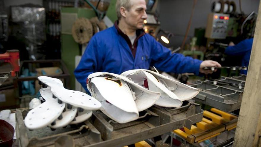 La producción manufacturera registra en abril dos años seguidos de caídas