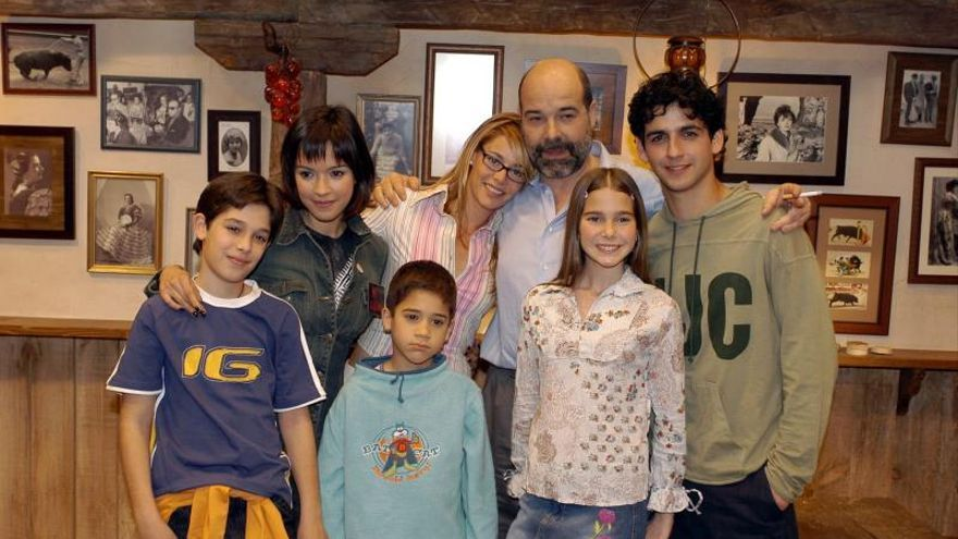 """Belén Rueda (c), Antonio Resines (3d) con los demás actores de la nueva serie de Telecinco """"Los Serrano""""."""