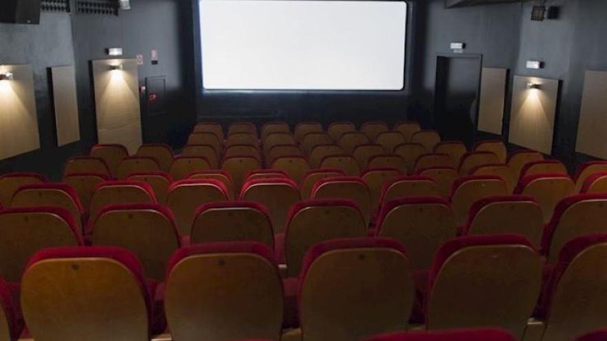 Sala de cine vacía antes de una proyección.