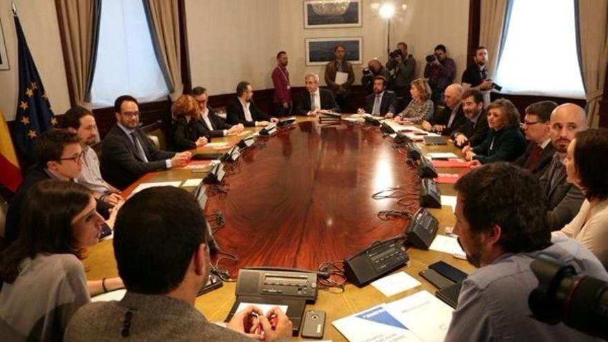 PSOE, Podemos y Ciudadanos concluyen su reunión tras dos horas y media de diálogo