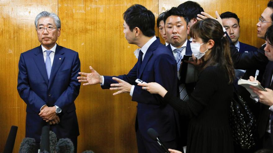 El presidente del Comité Olímpico de Japón, Tsunekazu Takeda (I), asiste este martes a una reunión del consejo del Comité Olímpico en Tokio (Japón).