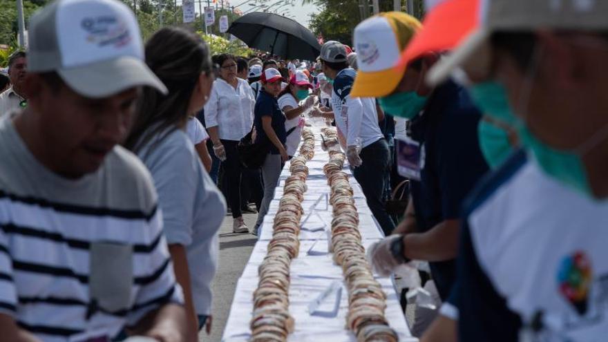 Panaderos mexicanos realizaron la rosca de reyes mas larga del mundo, este lunes en la ciudad de Tizimin, Yucatán (México).