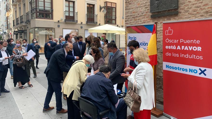 Mesa de recogida de firmas contra los indultos de los políticos independentistas presos en Valladolid.