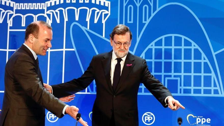 Rajoy luciendo el lazo morado feminista el día 8 de marzo
