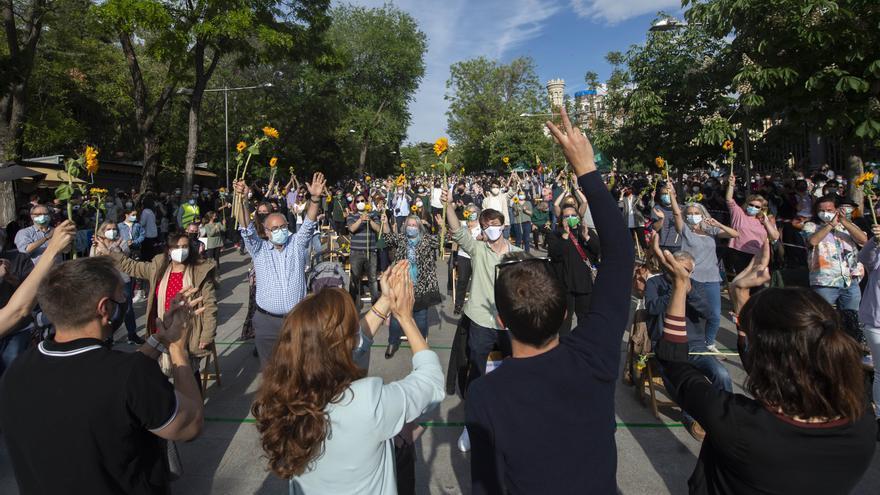 La candidata de Más Madrid a la Presidencia de la Comunidad de Madrid, Mónica García (2i ) y el líder de Más País, Íñigo Errejón (3i) durante un acto de cierre de campaña del partido, en la Cuesta de Moyano
