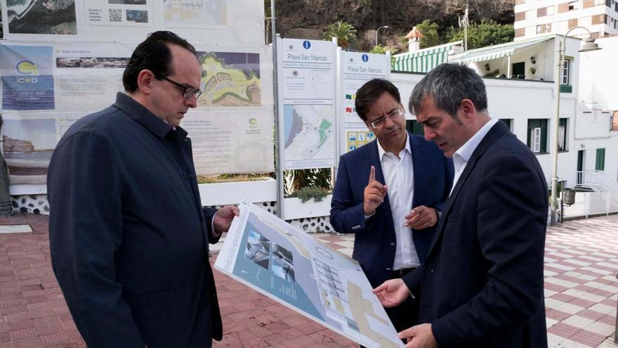 Fernando Clavijo, presidente del Gobierno de Canarias, junto al alcalde Francisco González (centro), ambos de CC, en una visita reciente a Icod