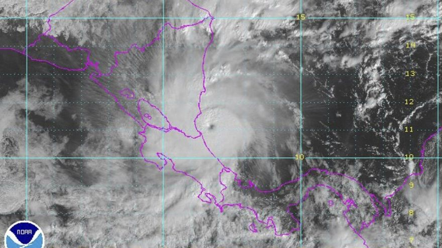 El huracán Otto aproximándose a la costa de América Central el 24 de noviembre