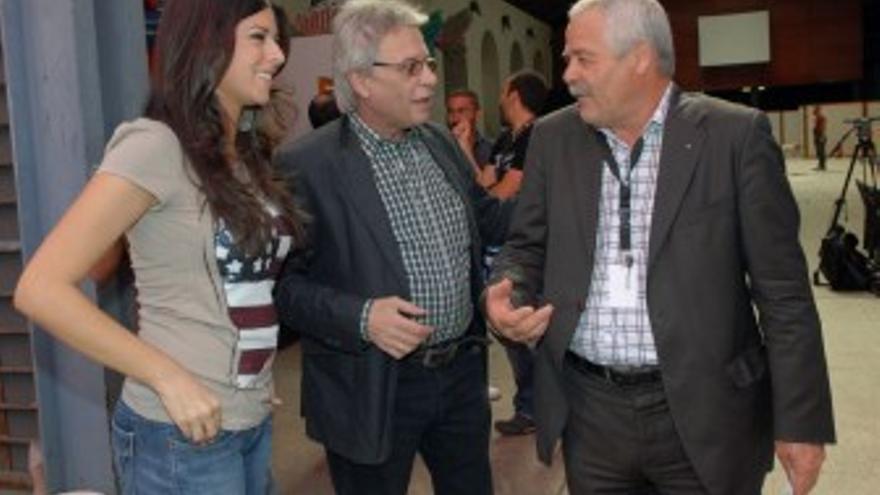 Los presentadores junto al concejal de Carnaval, Roque Díaz. (ACFI PRESS)