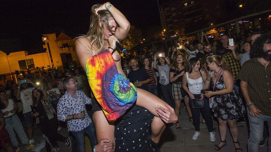 Rocío Saiz, cantante de Las Chillers, en el momento de quitarse la camiseta