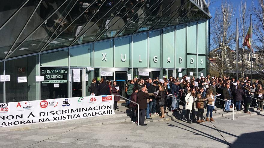 Concentración del personal en huelga ante los juzgados de Ourense
