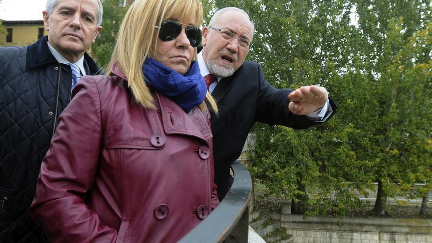 Isabel Carrasco, junto al presidente de la Confederación Hidrográfica del Duero y el alcalde de León, examina las obras del río Bernesga en 2013. Foto: J. Casares / EFE