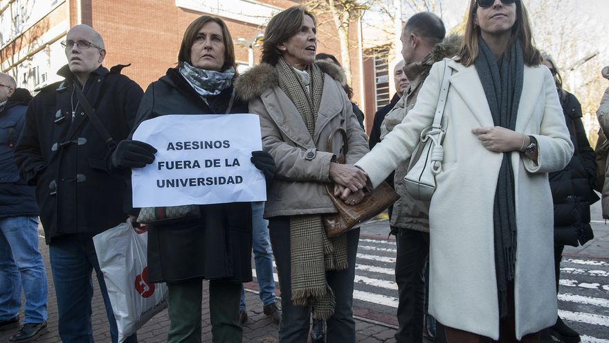 La nieta de una víctima de Abetxuko, protestando contra la conferencia