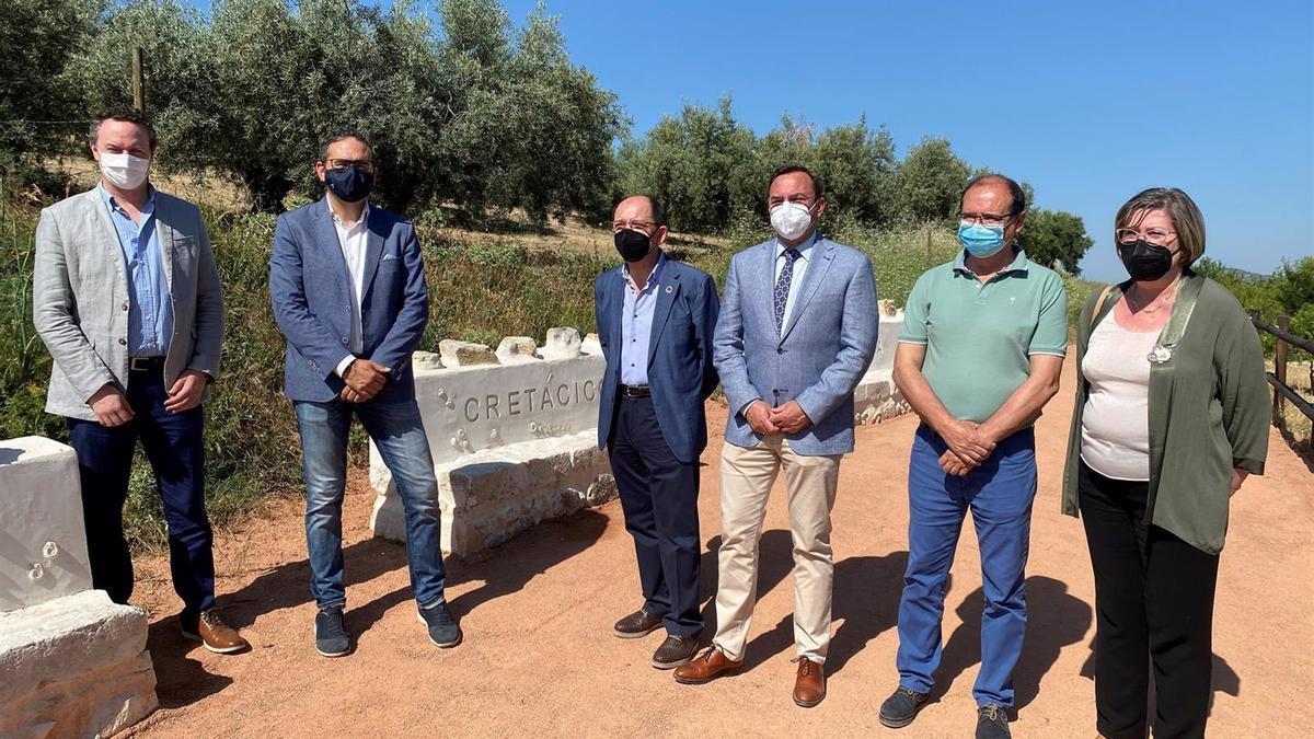 Autoridades en la inauguración del Aula del Geoparque de Doña Mencía.