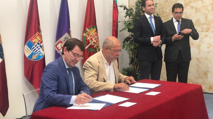 Alfonso Ferrnández Mañueco y Francisco Igea firman el pacto de gobierno ante la mirada de Tedoro García Egea y José María Espejo.