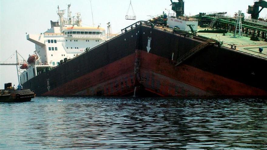 Una granada impacta en un petrolero frente a la costa yemení