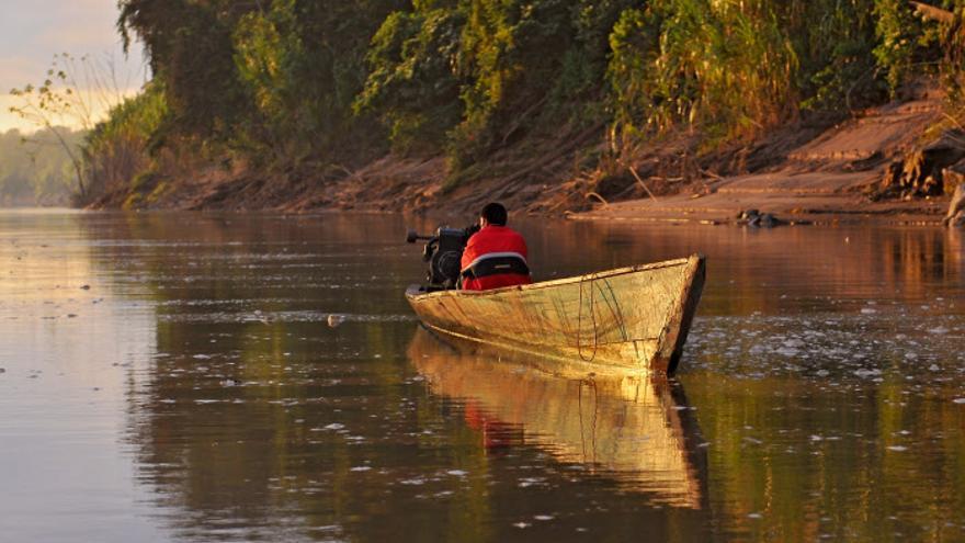 Una embarcación navega por el Río Amazonas a su paso por Perú.