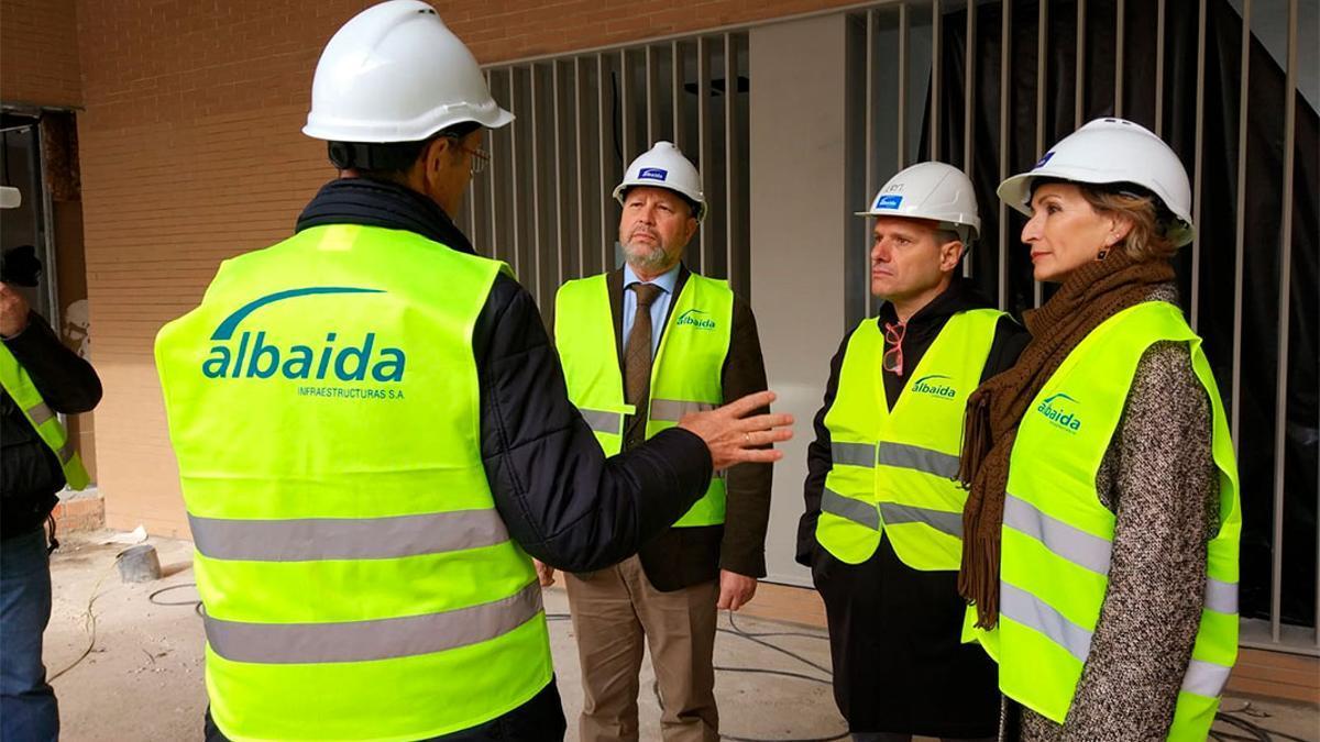 Imbroda (de frente a la izqda) en la visita a las obras del CEIP de Turruñuelos.