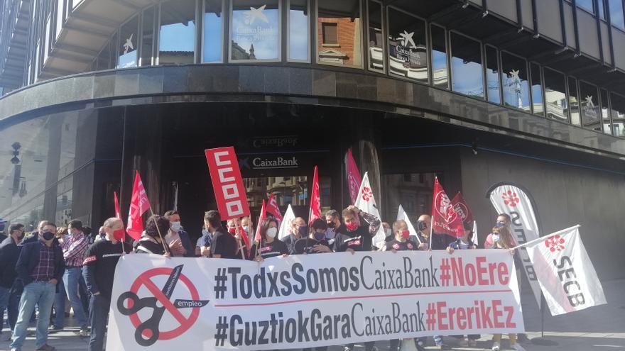 Concentración de la plantilla de CaixaBank en Pamplona contra el ERE