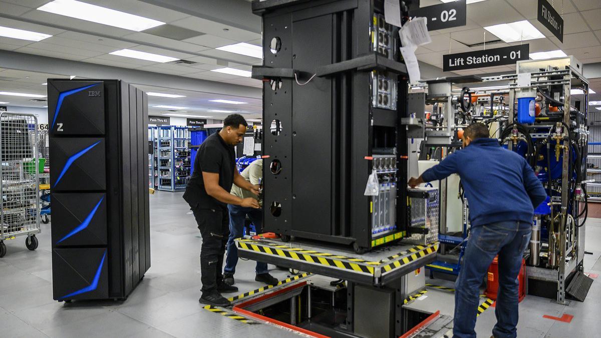Trabajadores en un centro de datos, en una imagen de archivo.