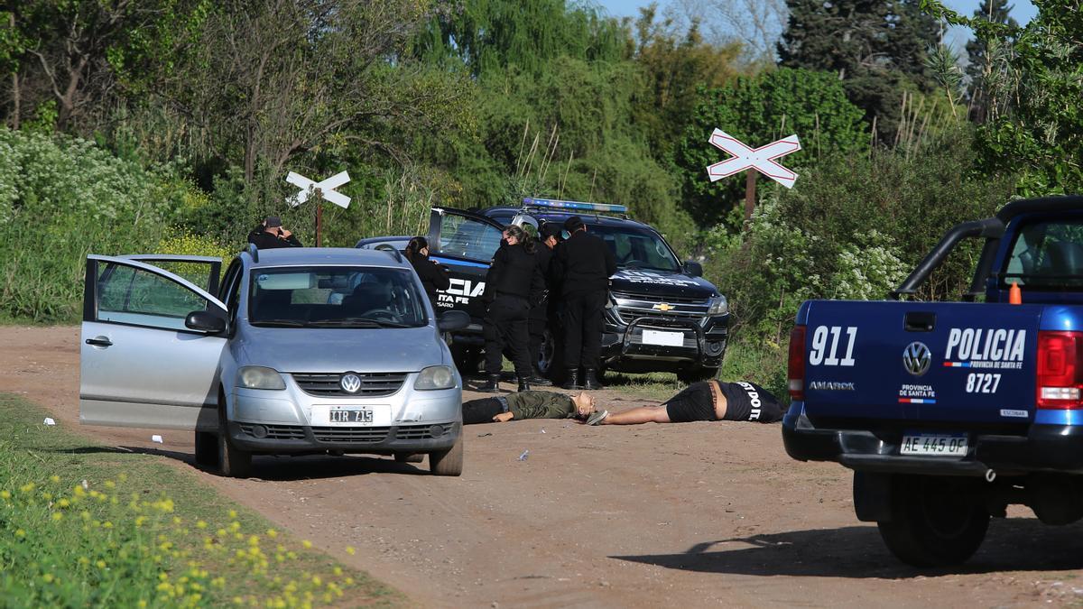 Los cadáveres de dos hombres ejecutados a balazos fueron encontrados hoy en un camino rural de la periferia oeste de Rosario, informaron fuentes policiales y judiciales.