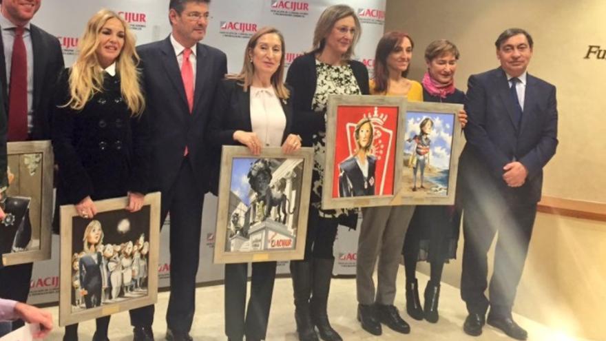Los premiados por Acijur con la presidenta del Congreso, Ana Pastor, durante la ceremonia de entrega. Foto: Twitter/Acijur