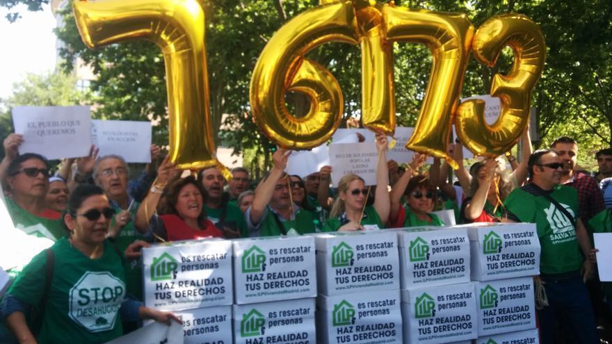 Concentración de activistas de la PAH ante la Asamblea de Madrid