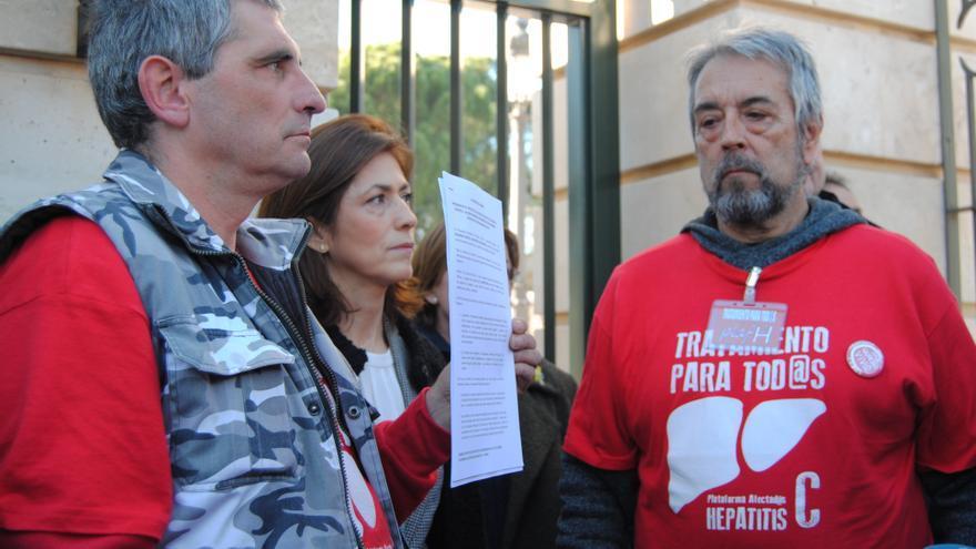 Mario Cortés y Damián Caballero, presidente y vicepresidente de la PLAFHC, con la carta que han entregado en Moncloa / M.D.