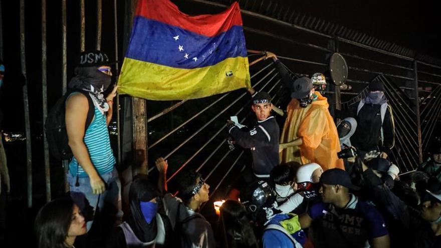Una marcha nocturna recorre los lugares de Caracas donde murieron manifestantes