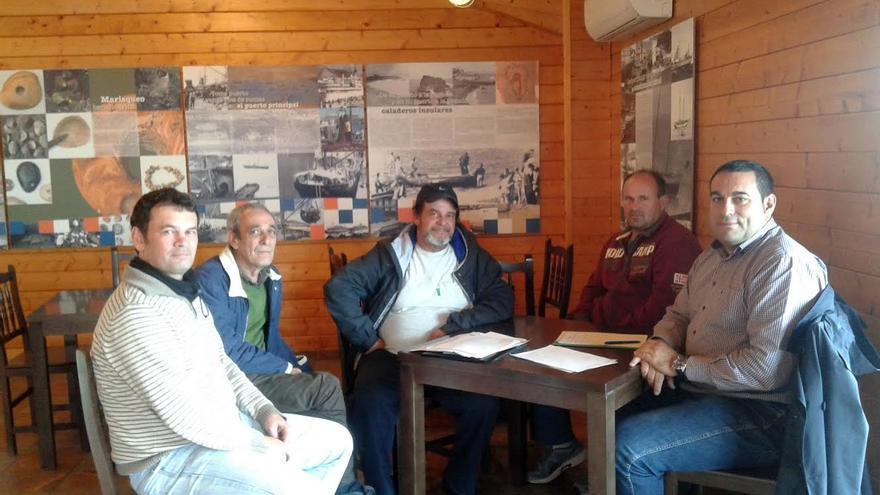 En la imagen, el consejero insular de Pesca (derecha) con representantes y técnicos del sector.