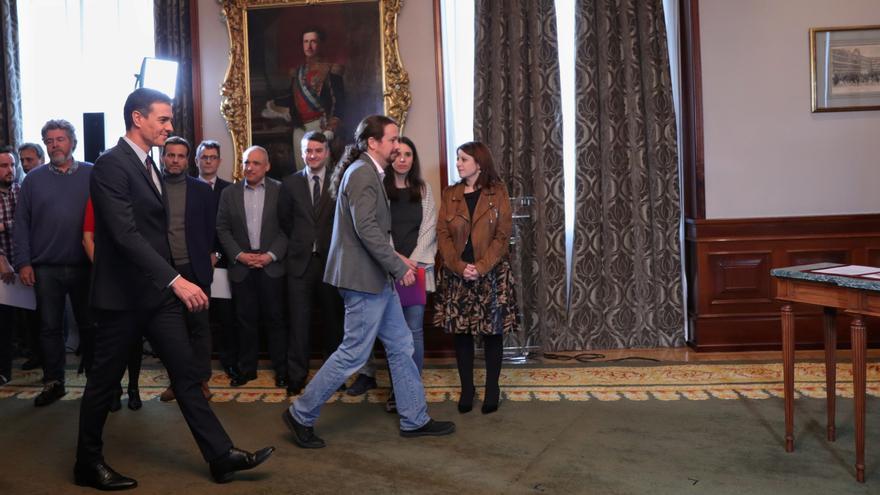 Pedro Sánchez y Pablo Iglesias firman en el Congreso su acuerdo para el Gobierno de coalición.
