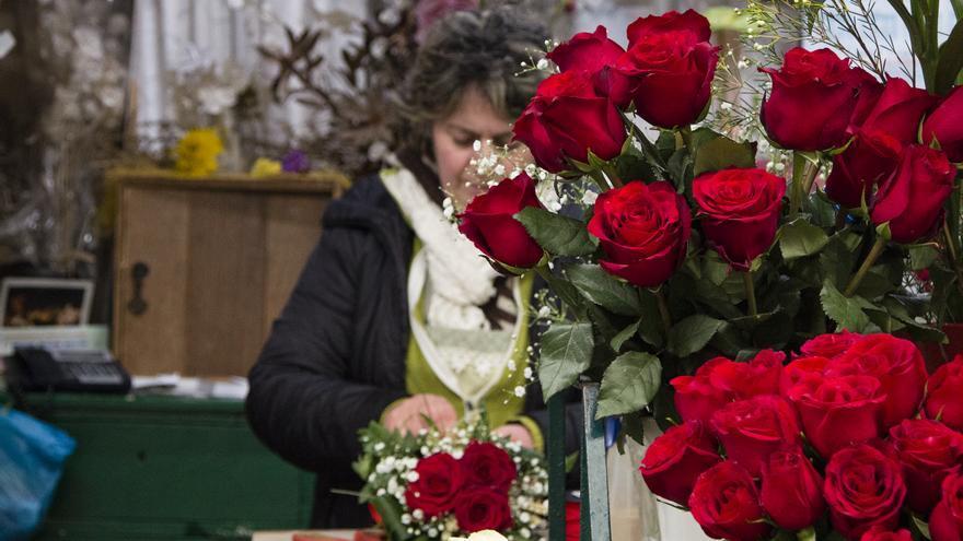 Los puestos de flores dan color a un mercado que sigue esperando su reforma.