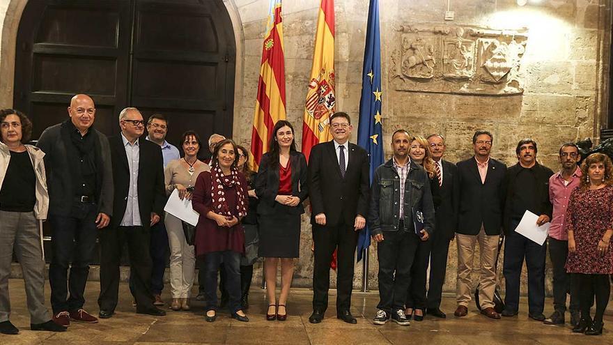 El president Ximo Puig y la consellera Carmen Montón junto a representantes de diferentes colectivos
