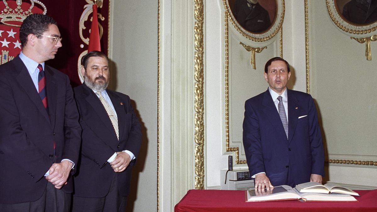 Gustavo Villapalos en la jura de su cargo como consejero de Educación del Gobierno de Alberto Ruiz Gallardón en 1995. EFE/Alberto Martín