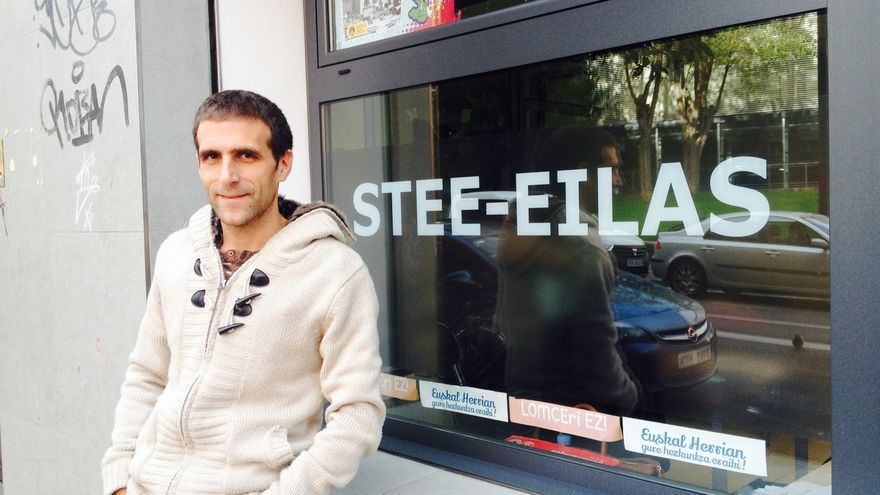 El portavoz de STEE-EILAS en la sede en Vitoria-Gasteiz.