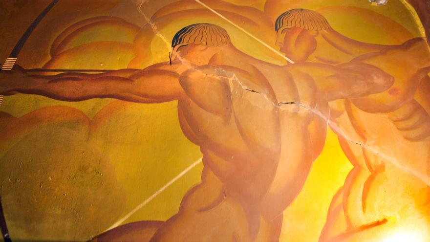 Detalle de los frescos de Josep Renau, atravesados por una grieta.