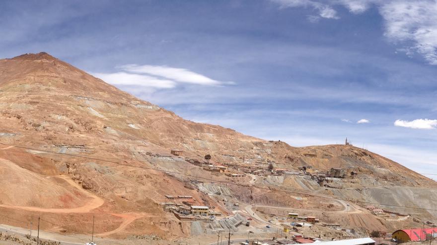 15.000 trabajadores trabajan extrayendo estaño, zinc, plomo, plata y otros minerales del Cerro Rico de Potosí. (L.M)