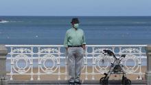 Un hombre, en la barandilla de la playa de La Concha