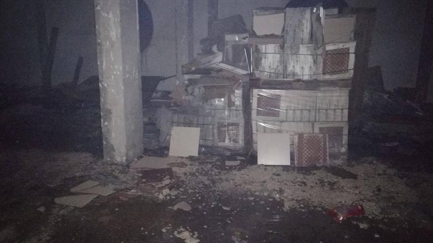 Los materiales afectados fueron palets con cajas con baldosas y otros elementos de construcción. Foto: Erik Hernández/Bomberos La Palma.