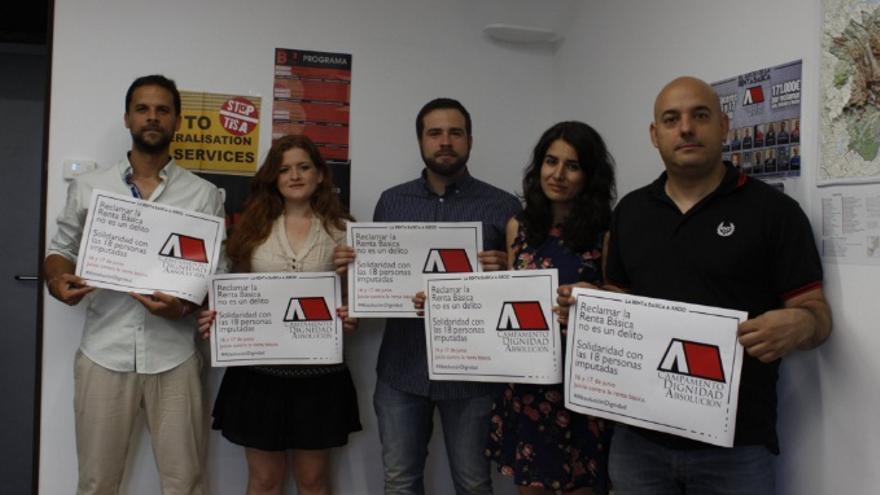 Diputados de Podemos Extremadura muestran pancartas en apoyo a los Campamentos Dignidad / @Podemos_EXT