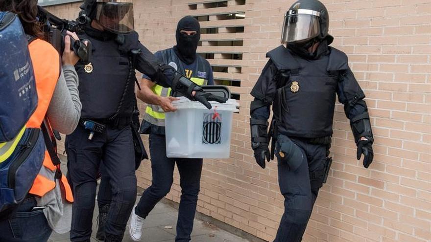 Antidisturbios y agentes del servicio de Información el 1-O cogiendo urnas