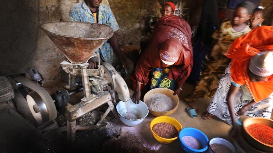 """""""Yo he tenido la oportunidad de ir a los pueblos donde están los 'agentes de la malaria' y ver cómo las mamás van con sus niños"""", explica el Dr. Tharcisse. """"La ventaja de este programa es que en esos pueblos, las mamás tiene un gran problema: se tienen que ocupar de los niños pero también del sustento de toda la familia, del trabajo en el campo. Así que cuando un niño cae enfermo, la duda que se plantea es: ¿debo ir al campo o debo ir al hospital? El PECADOM le da una solución: la mamá puede ir al campo, porque ya hay alguien en el pueblo que puede atender a su hijo. Irá a ver al 'agente de malaria', que atenderá al niño rápidamente y ella luego tendrá tiempo de ocuparse de las actividades del campo""""."""