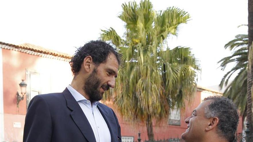 El alcalde de La Laguna, José Alberto Díaz (d), conversa con el presidente de la Federación Española de Baloncesto, Jorge Garbajosa