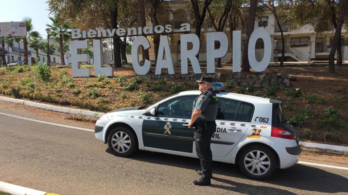 Un agente de la Guardia Civil en El Carpio.