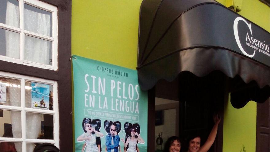 La obra de microteatro  Sin pelos en la lengua se pone en escena los viernes en la peluquería de Carmen Asensio, en Los Llanos de Aridane.