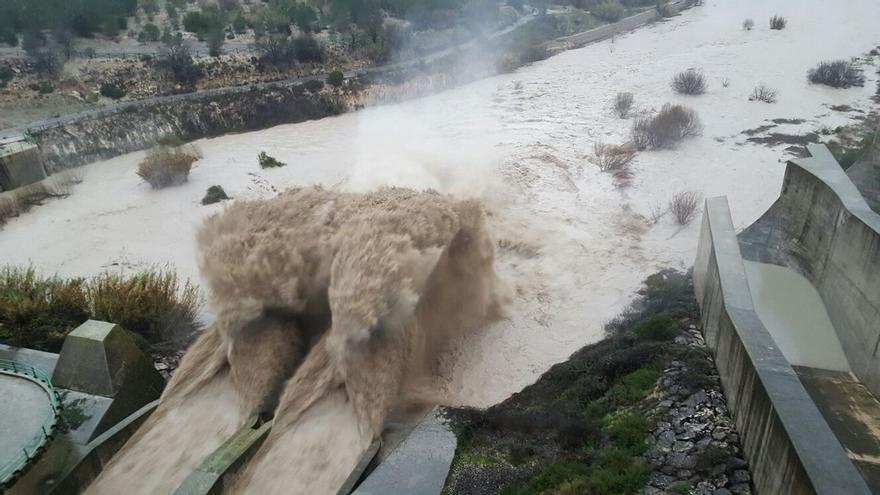 Imagen del desembalse de aguas en el pantano de Bellús