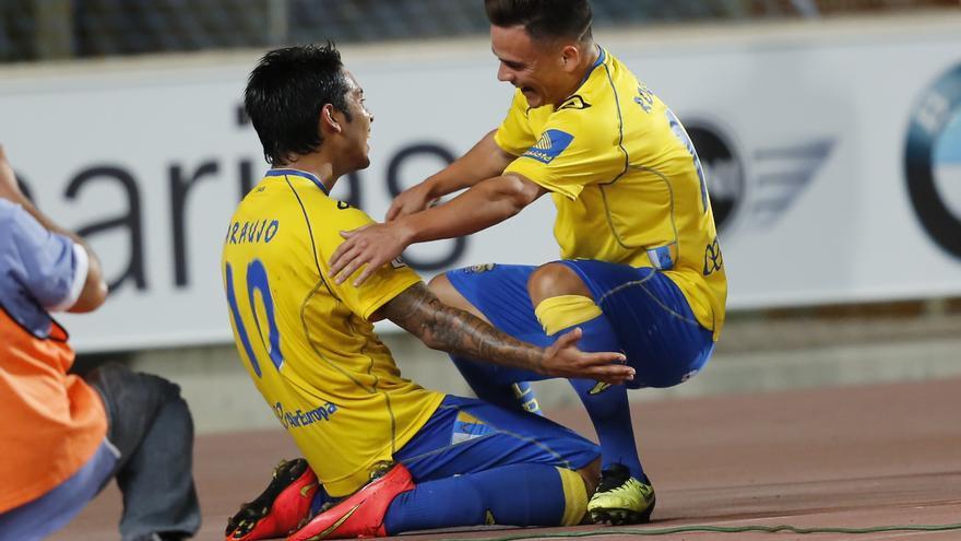 Sergio Araujo celebrando un gol junto a Roque Mesa. Foto: Carlos Díaz Recio, Udlaspalmas.es.