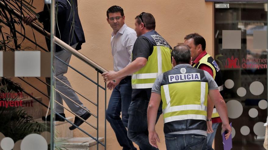 Agentes de la Udef acompañan al presidente de la Diputación de Valencia, Jorge Rodríguez