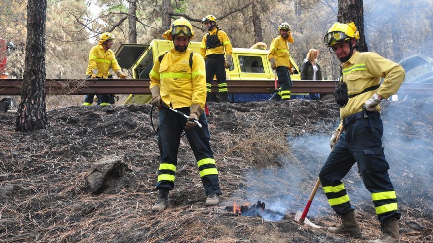 Bomberos de Gran Canaria apagan rescoldos en la cumbre de Gran Canaria. (ÁNGEL SARMIENTO)