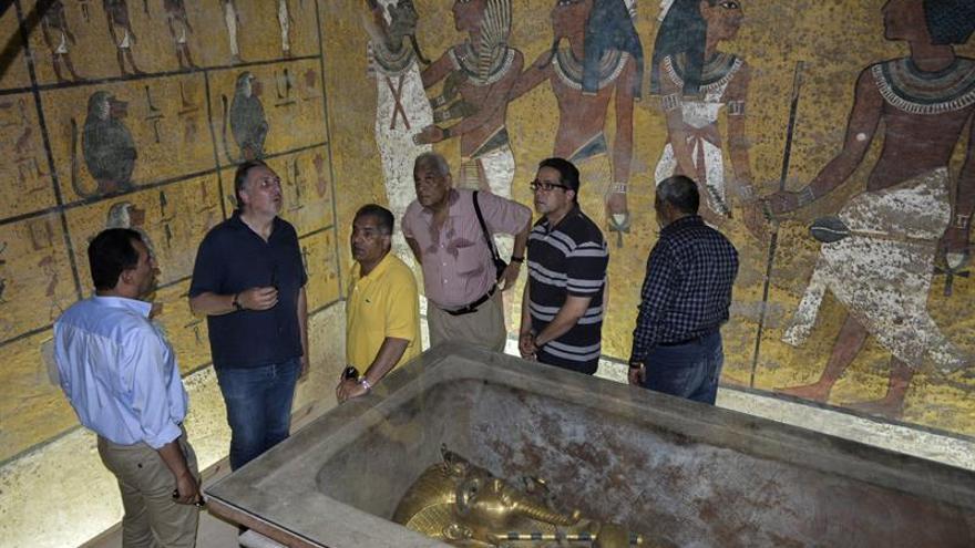 Los arqueólogos sacan las garras por los muros de la tumba de Tutankamón
